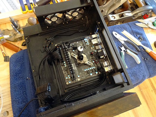 Mini_Watercooled_HTPC_modsquito_wood_scr