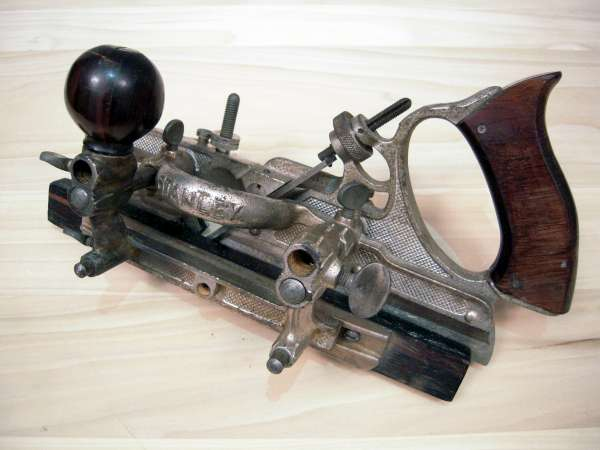 stanley dating The stanley 'transitional' planes, combining a wooden body with a cast iron frame, frog and standard adjustment mechanism, were made between 1870 and 1940.